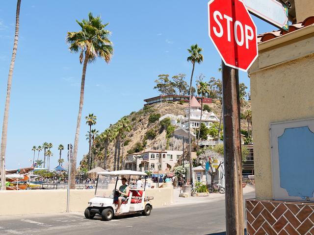 画像: サンタカリナ島の風景とゴルフカート