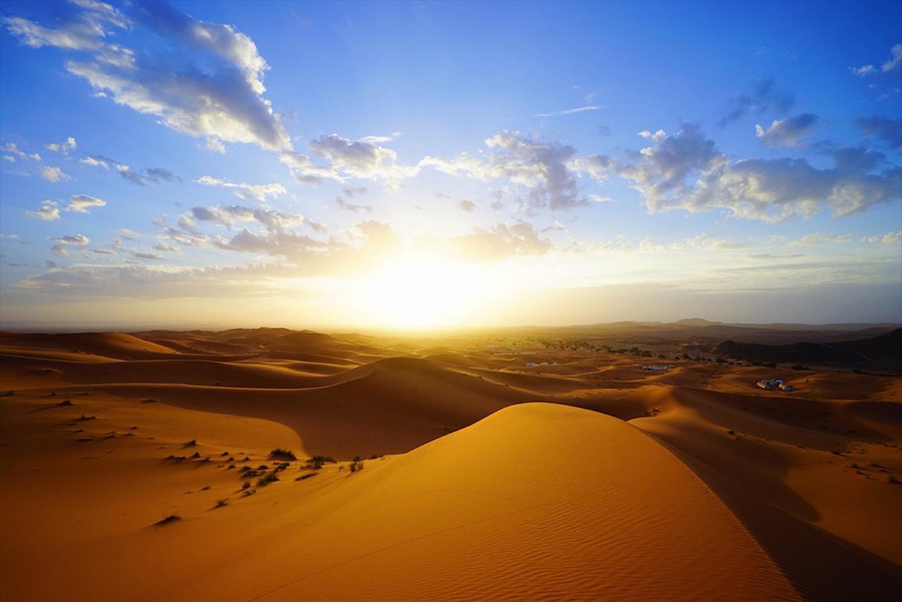 画像: サハラ砂漠で見る朝日