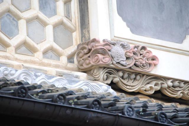 画像: 白壁の商家などには、職人の技術が光る意匠が見られます