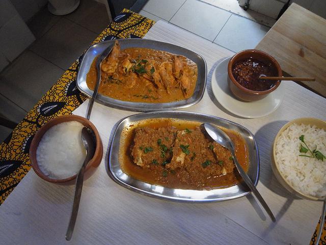 画像: 「Roda Viva」で食べたカニカレー(下)、エビカレー(上)