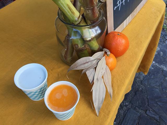 画像: ほのかに緑がかったサトウキビジュースのほか、特産のタンカンジュースなど季節の限定品も販売