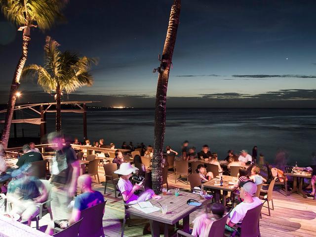 画像: ローカルたちで賑わう夕刻のThe Beach(ザ・ビーチ)