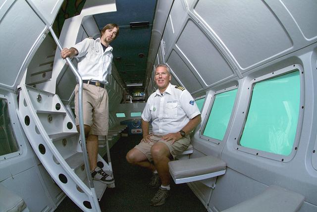 画像: 潜水艦ツアーの乗組員 Photo:Catalina Island Company