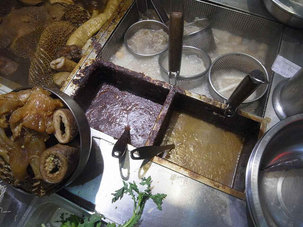 画像: おでんを湯がいて、カレーソースをかける