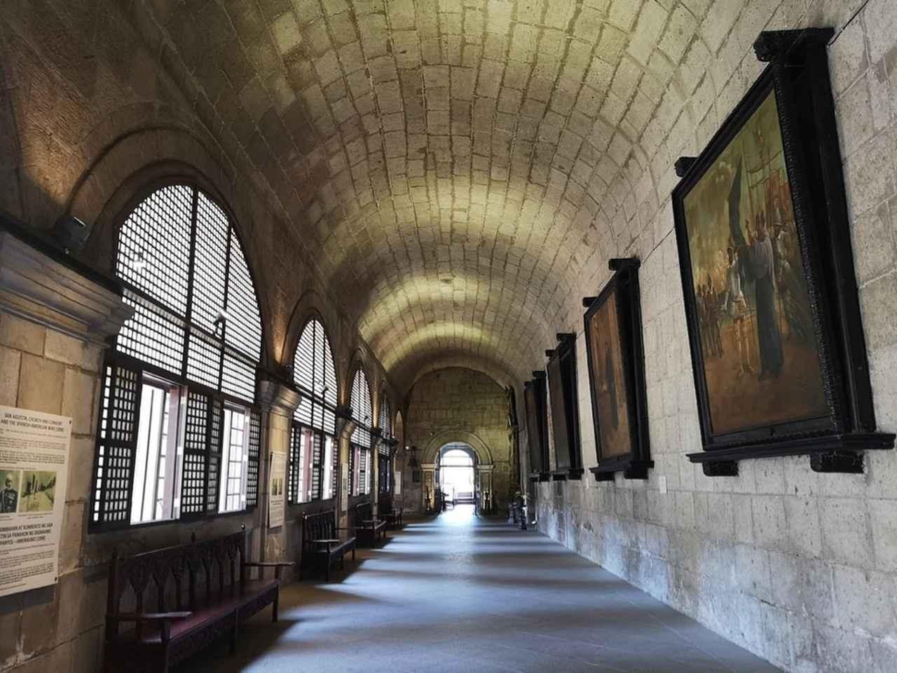 画像: 中庭を取り囲む回廊や小部屋に、さまざまな絵画や像が並ぶ