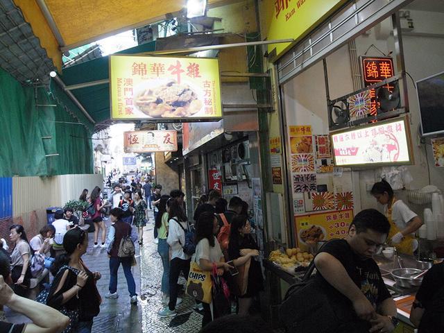 画像: カレーおでん店が10軒以上も立ち並ぶ通り