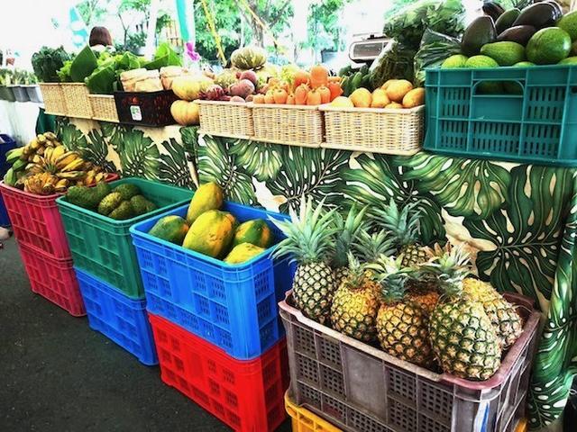 画像: 新鮮な南国フルーツや野菜が並ぶ