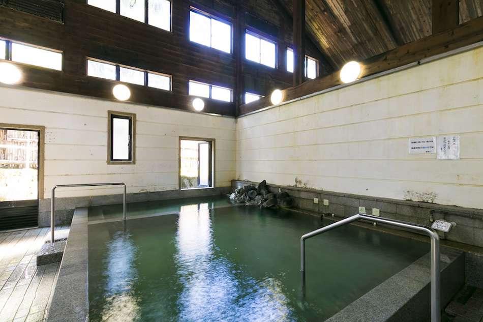 画像: 泉質はアルカリ性硫黄泉。湯量も豊富で、シャワーやカランも温泉水を使用しています