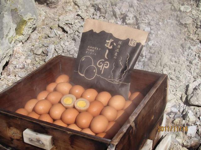 画像: 火口噴気で約20時間蒸した名物「むし卵」。豊富な温泉成分がしみ込み、まろやかでコク深い味わい。6個入り500円
