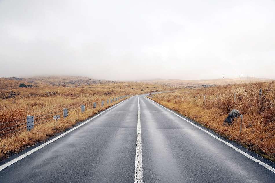 画像: 秋吉台の中央を貫く県道「秋吉台カルストロード」。壮大な眺めが広がる