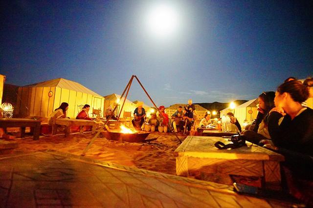 画像: ラグジュアリーキャンプのディナー