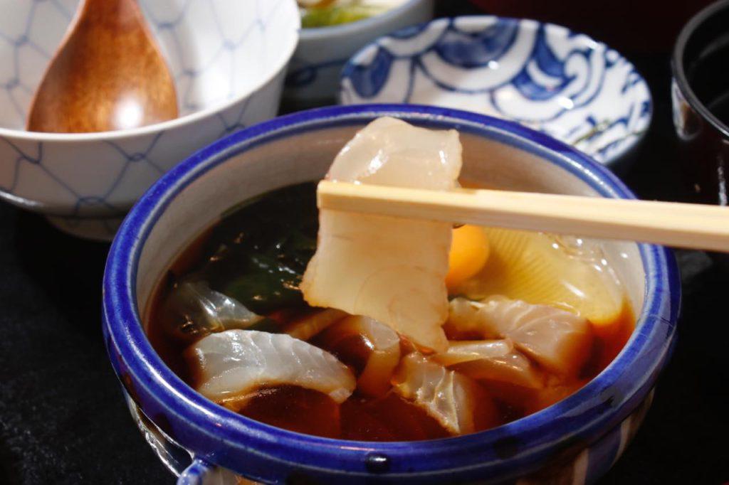 画像: 鯛の切り身が入ったタレと卵をよくかき混ぜて…