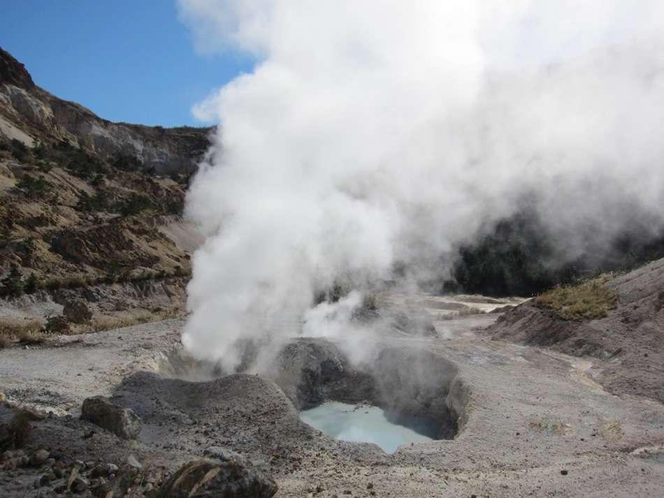 画像: 温泉棟から歩いて約5分、モクモクと噴煙を上げる様子はまるで地獄