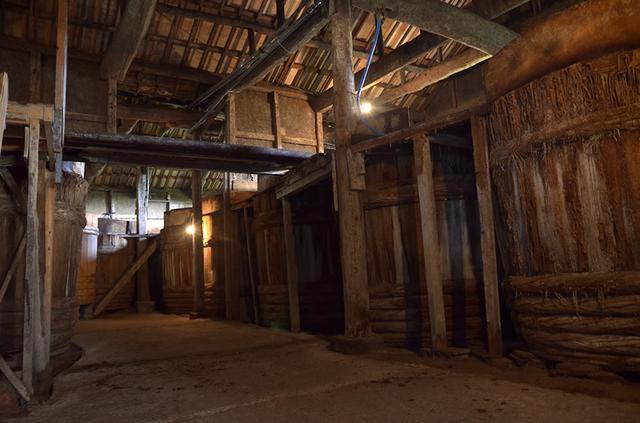 画像: 100年以上の歴史がある趣のある蔵には、巨大な木桶がずらりと並ぶ