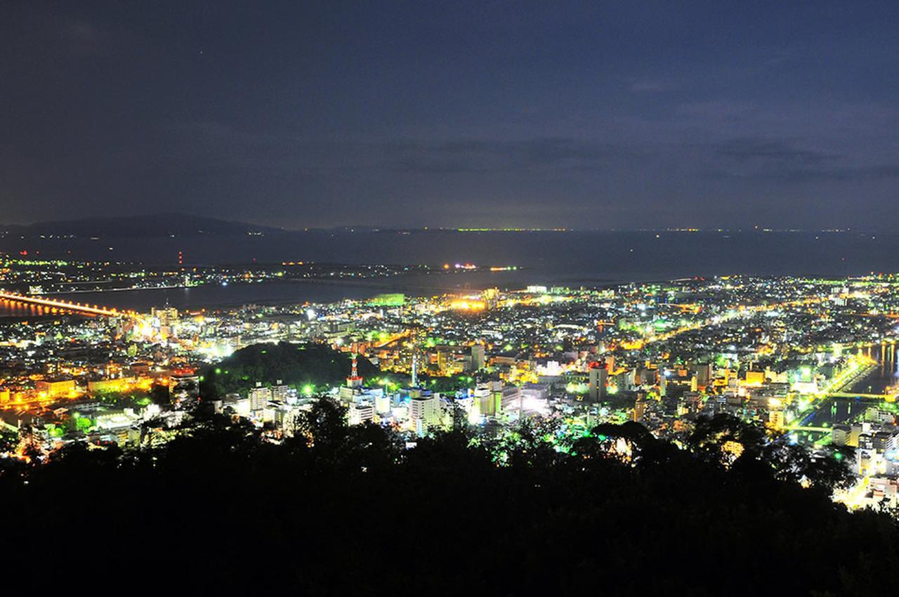 画像: 夜の山頂から眺める徳島市街は「夜景100選」にも選出