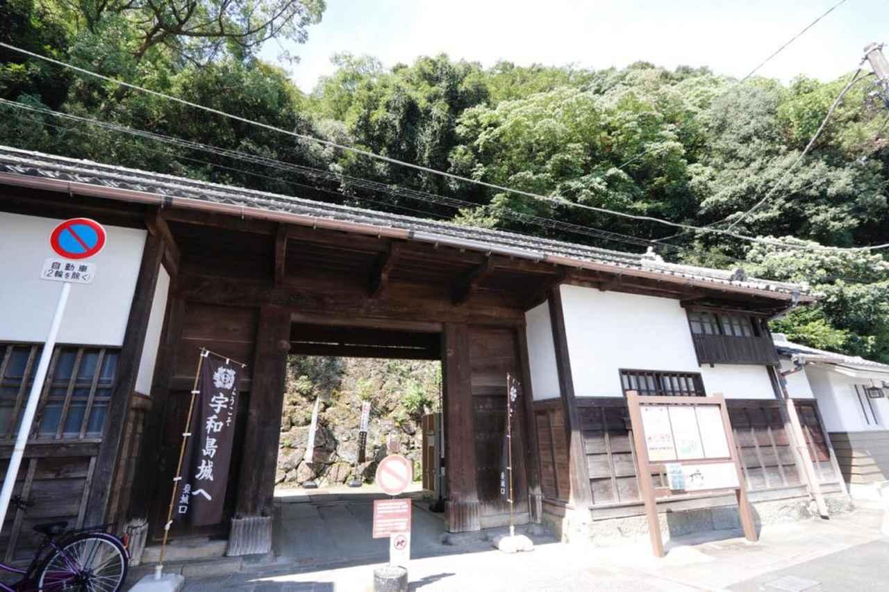 画像: 武家長屋門。正面に駐車場もあるため、天守への登山にはここからが便利