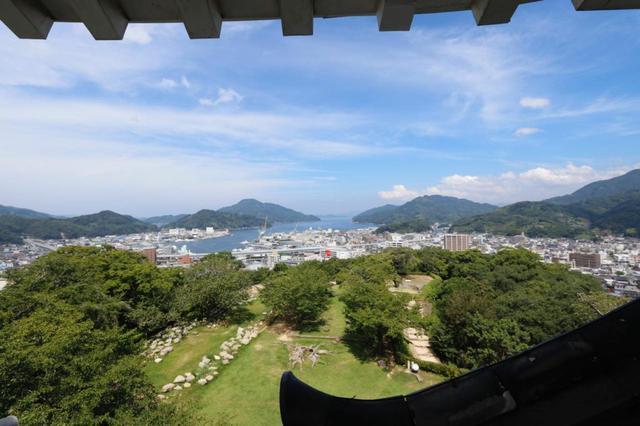 画像: 天守からの景色。この景色と清々しい風を感じるために、城山と天守の急な階段を上る価値あり