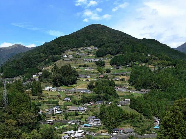 画像: 青空の下、展望所から見た落合集落の全景