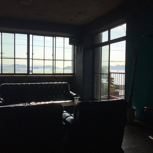 画像: 店舗の二階ラウンジからの眺め。瀬戸内海が広がる