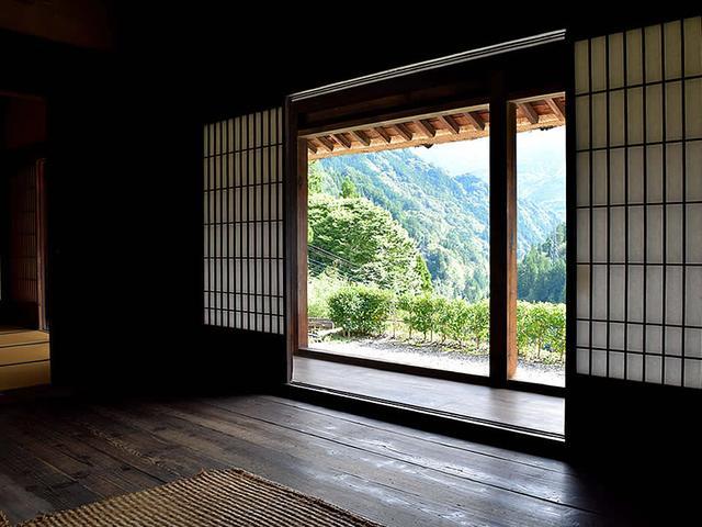 画像: 囲炉裏部屋の障子を開け放つと、東祖谷の山々が見渡せる