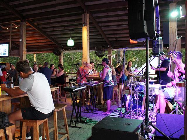 画像: ムードある南国の夜を演出する生演奏