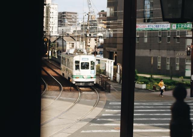 画像: 2階の窓から望む路面電車