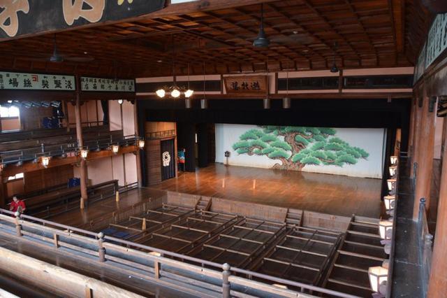 画像: 建物内の様子。枡席や花道、舞台に上がることもできます