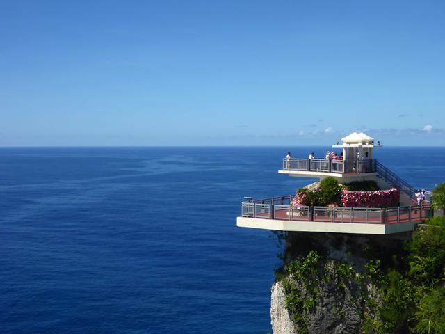 画像: グアムを代表する景勝地、恋人岬の展望台