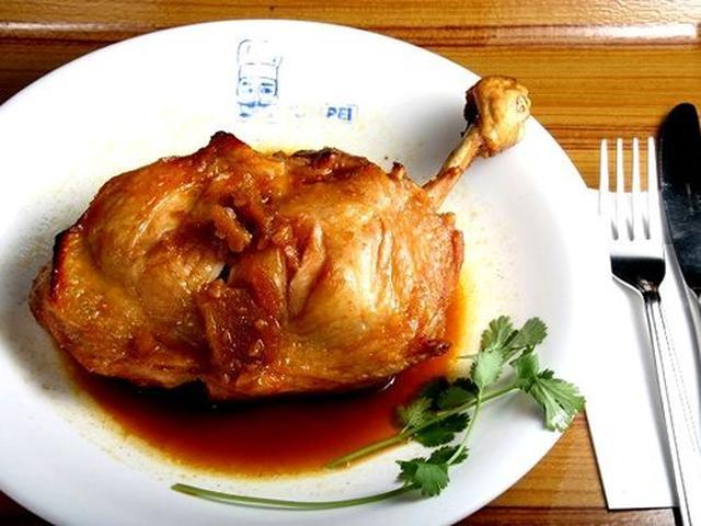 画像: もう一つの名物とも言えるのが「ろーすと鶏」。道産の生の骨付き鶏を、オーブンでじっくりとローストした一品