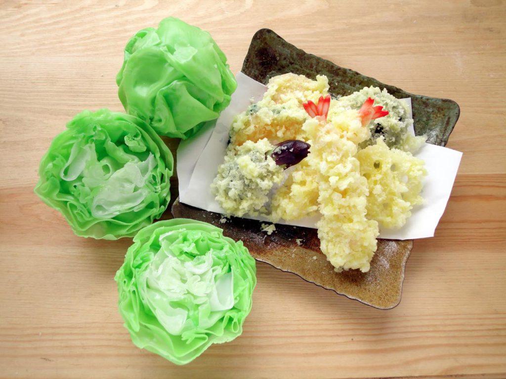 画像2: 職人の手ほどきを受けながら食品サンプルを作る