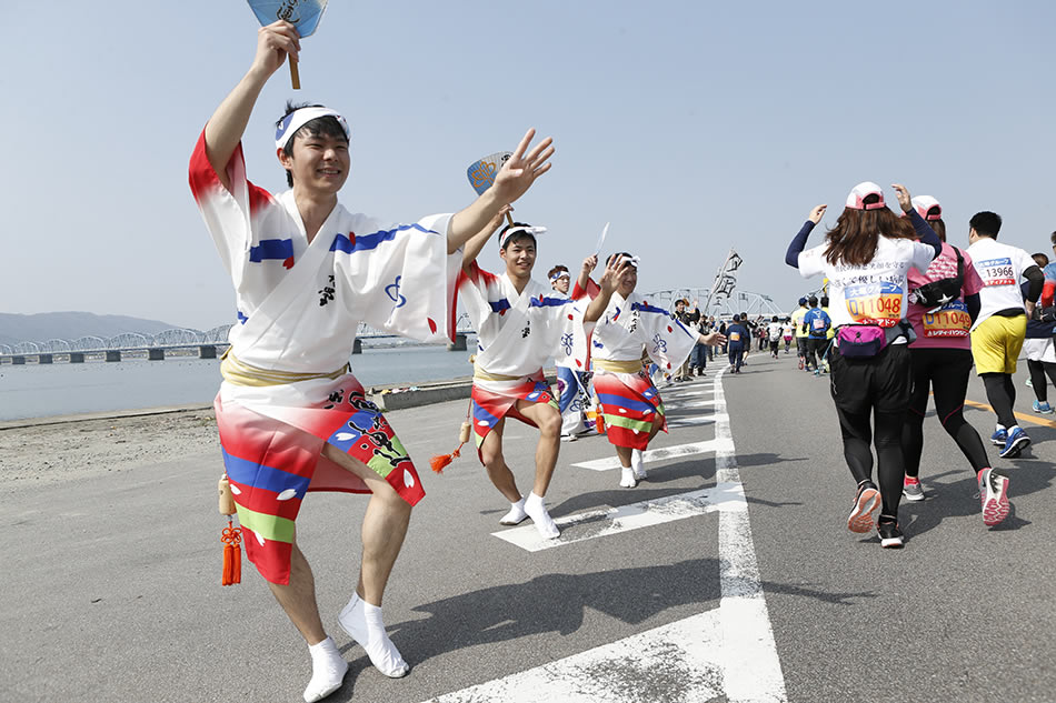 画像: 踊り手たちの送る声援が走る力になる
