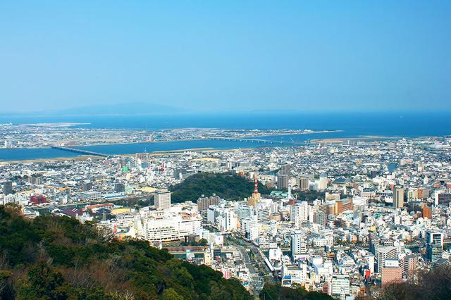 画像: 徳島市の中心街に位置する眉山