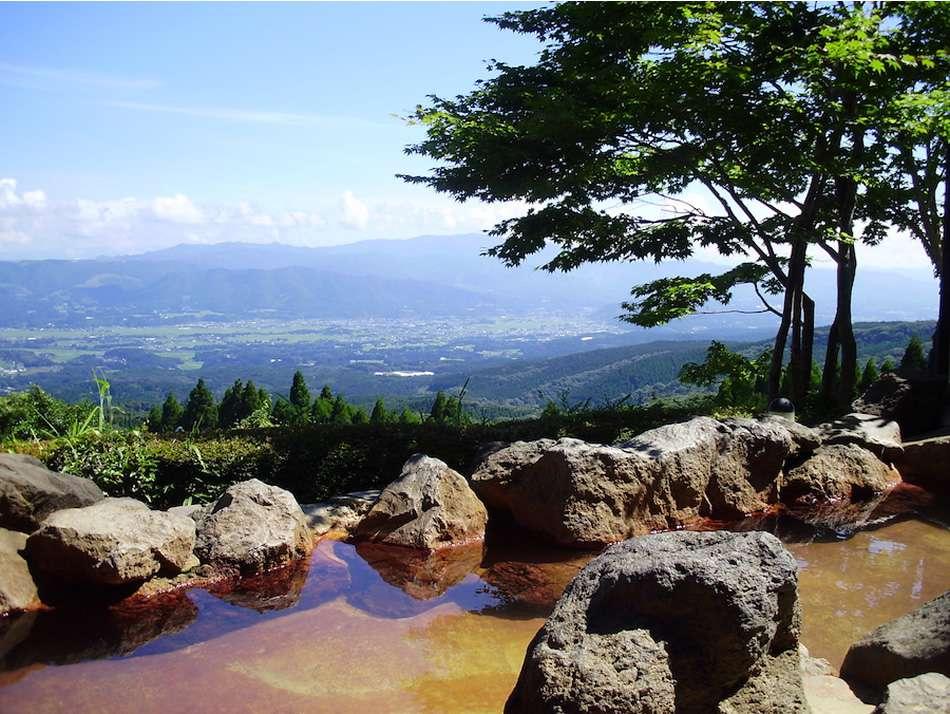 画像: 蒸し風呂のほか、えびの盆地を一望する露天風呂もあります
