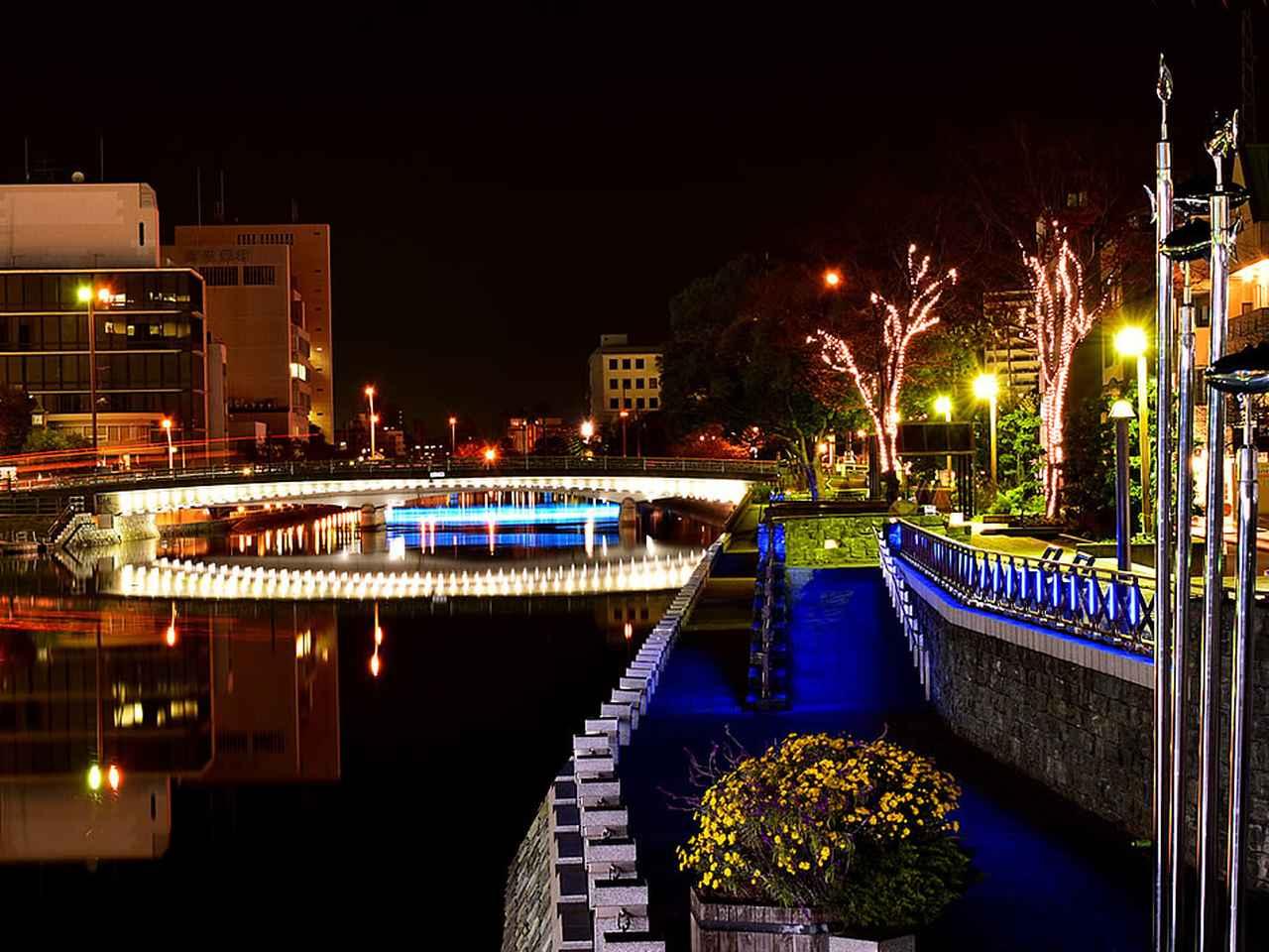 画像: 昼と夜で「新町川水際公園」はまったく異なる顔を見せる
