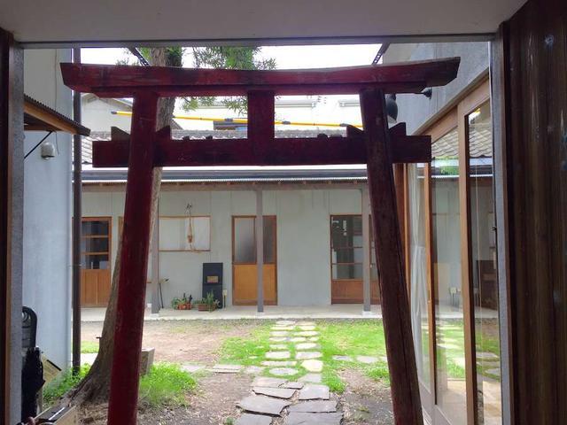画像: シンボルの鳥居の先には中庭が広がる