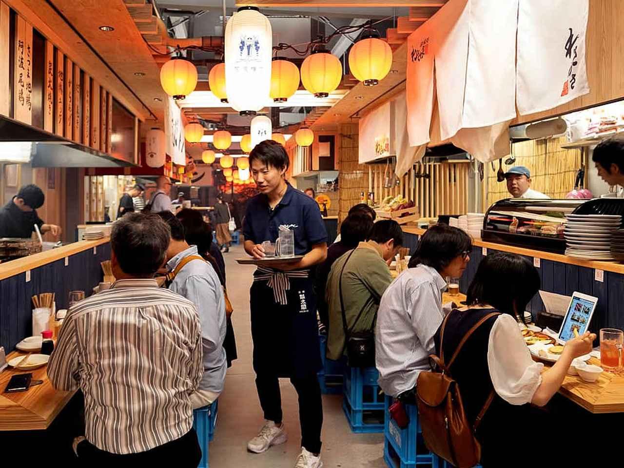 画像: 多くの客が酒飯を楽しむ「阿波横丁」の店内