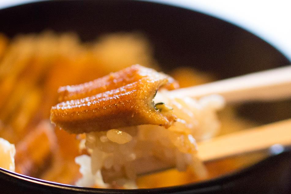 画像: 蒸すことも煮ることもせず、じっくりとタレで焼きこむ穴子がうまさの秘訣
