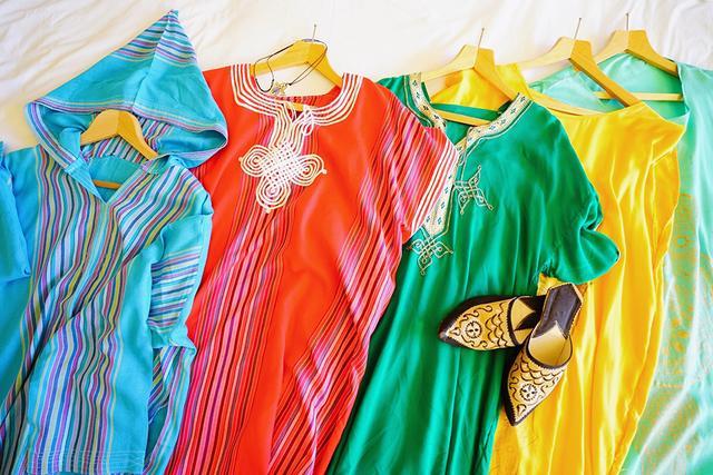 画像: モロッカンワンピースと、特産品の革細工のモロッカンスリッパ「バブーシュ」
