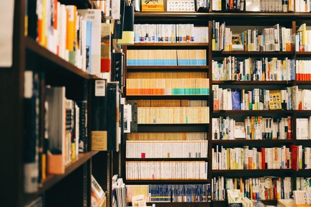 画像: 所狭しと本が並ぶ店内