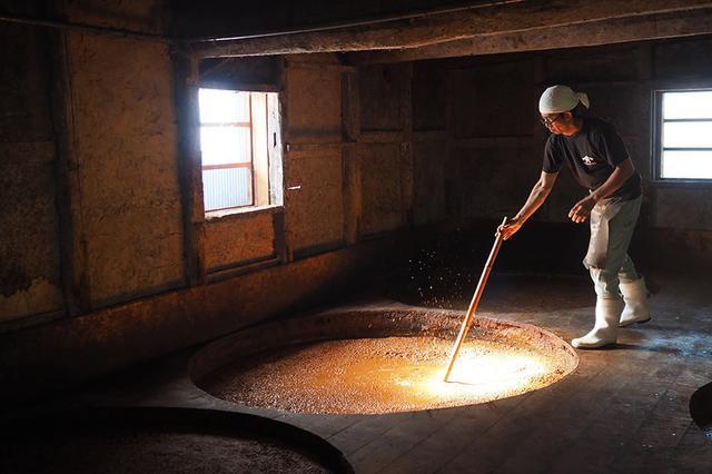 画像: 壁は土壁、床は土間づくり。木桶に息づいた100種類以上の酵母菌や乳酸菌が、ヤマロク醤油ならではの風味をつくり出している