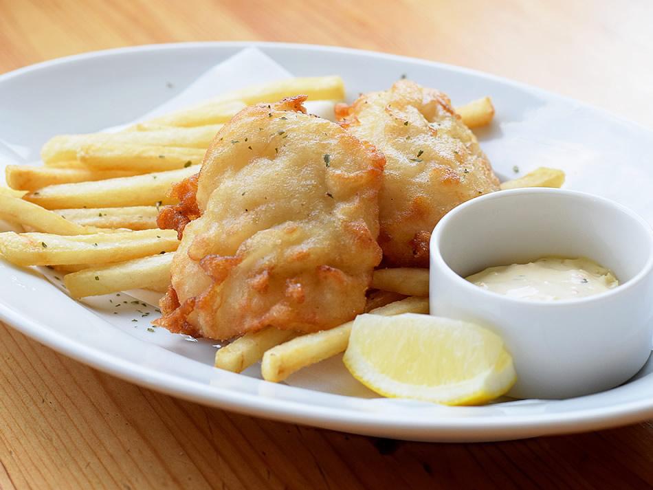 画像: 白身魚の種類は季節により異なる。取材時の地魚は高級魚として知られるハモ。揚げたては格別な美味しさ