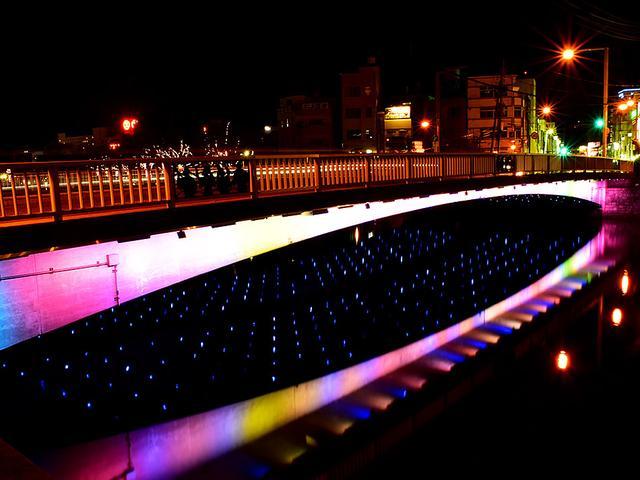 画像: 『SORAとMIZU』は周囲の環境の変化をLEDの輝きに変換していく