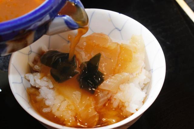 画像: 切り身をアツアツの白ご飯にのせたら、タレをまんべんなくかけましょう