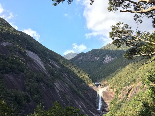 画像: 滝を受け止めるように、手のひらや大きく開けた口を組み合わせ、トリック写真を撮影する人も多い