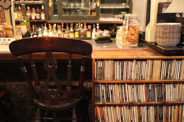 画像: 店内で流されるジャズCDの一部。リクエストも可能