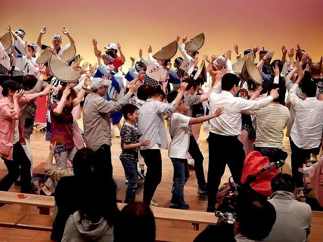 画像: 有名連による「夜のおどり」でも多くの観光客が「踊る阿呆」に
