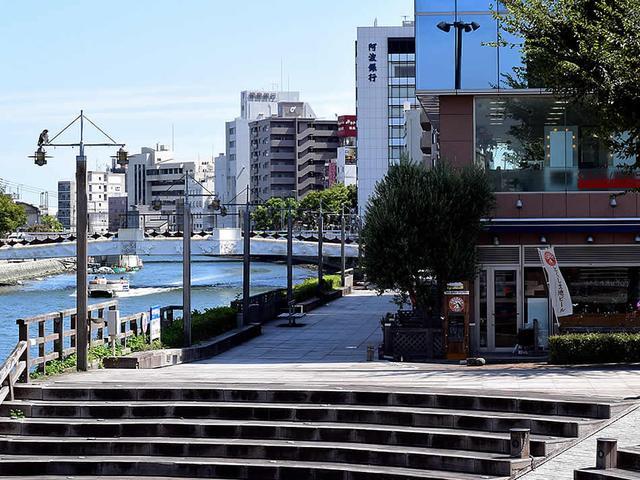 画像: 新町橋のたもと、野外ステージ前という気持ちのいいロケーション