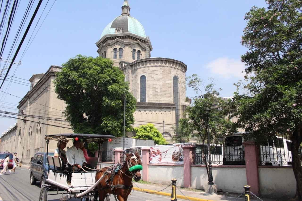 画像: カレッサ(馬車)とイントラムロスの街並み Photo by Rising sun