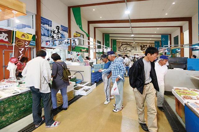 画像: 朝から多くの人が集う、活気のある魚市場