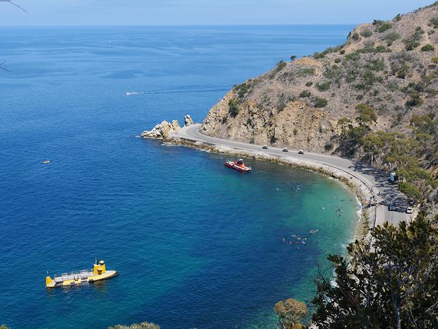 画像: サンタカリナ島の周囲には、透明度の高い海が広がっている Photo:Catalina Island Company